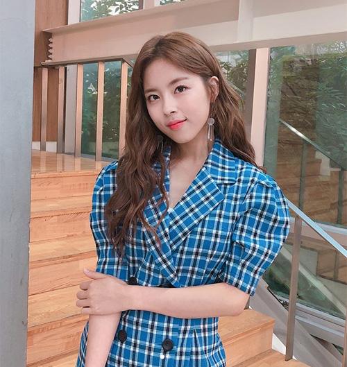 Nhắc đến những sao Hàn thấp bé nhẹ cân nhất, nhiều người sẽ nghĩ ngay đến Min Do Hee - nữ diễn viên ca sĩ cao vỏn vẹn 1,52 m. Nữ thần tượng sinh năm 1994 được nhiều người biết đến khi debut với tư cách là thành viên nhóm Tiny-G, sau đó thành công với các bộ phim Reply 1994, Gangnam Beauty...