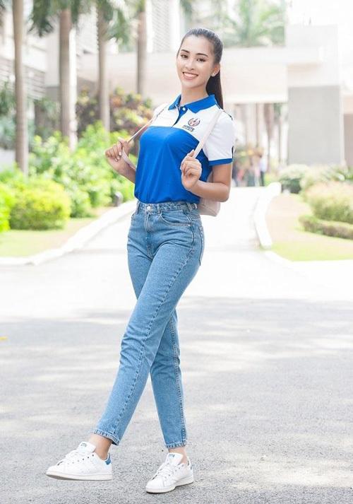 Sau khi thành hoa hậu, Tiểu Vy vẫn rất tích cực diện lại đôi giày có giá gần 2 triệu đồng này. Thiết kế gọn gàng cùng tông màu trắng giúp cô nàng dễ dàng mix đồ cả lúc đến trường...