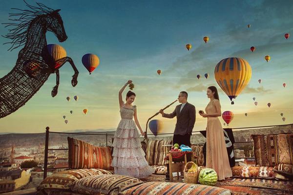 Dù Ngọc Trinh có cùng bạn bè chụp cả trăm kiểu khác nhau thì những khinh khí cầu vẫn lơ lửng ở đúng một cự li nhất định.