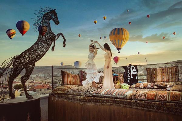 Nhiều người phán đoán cả hai đã ghi lại một khoảnh khắc khinh khí cầu bay đẹp nhất, sau đó ghép vào toàn bộ các bức hình để khung cảnh luôn trông thật đẹp mắt.