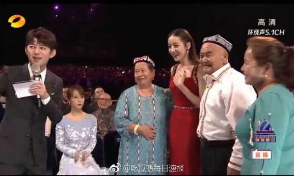 Dương Tử (đang ngồi) lạc lõng khi Nhiệt Ba nhận giải.