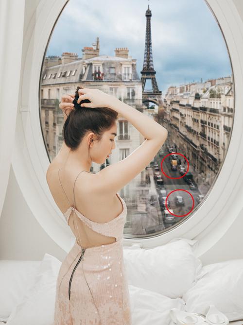 Ngọc Trinh đang có chuyến du lịch ở Paris. Người đẹp khoe lưu trú trong căn phòng khách sạn có view hướng thẳng ra tháp Eiffel với giá 25 triệu đồng/đêm. Chân dài tranh thủ thực hiện bộ hình khi vừa ăn sáng vừa ngắm nước Pháp. Tuy nhiên điều khiến nhiều chú ý hơn cả là dù Ngọc Trinh đã đổi cả chục cách tạo dáng với nhiều trang phục khác nhau, khung cảnh hiện lên trên khung cửa sổ vẫn không có gì đổi khác.