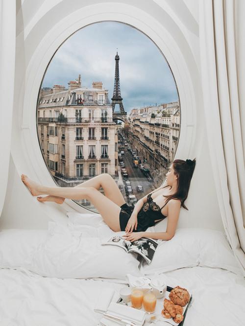 Từ tháp Eiffel sừng sững cho đến dòng xe đang lưu thông trên đường đều giống hệt nhau về vị trí trong từng bức ảnh.