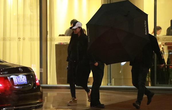 Phạm Băng Băng mặc đồ đen xuất hiện ở sân bay.