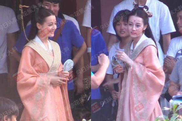 Nữ diễn viên vui vẻ trên trường quay.