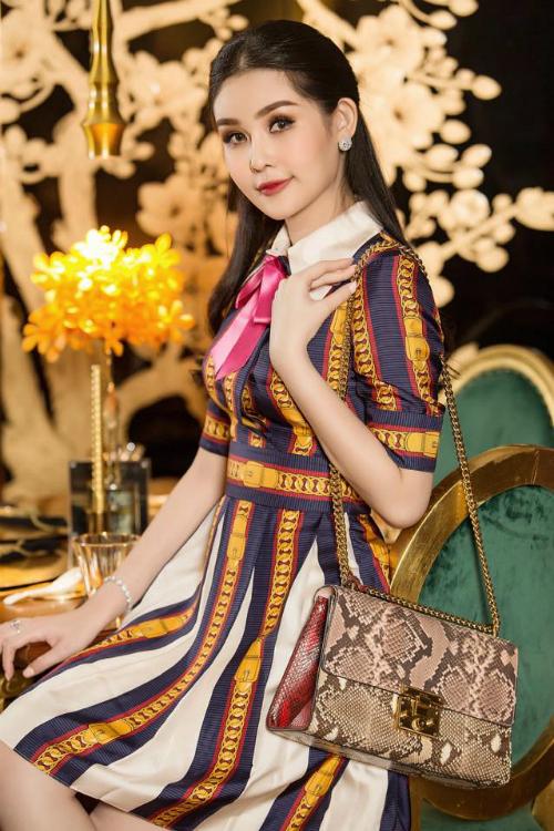 Chiếc váy nằm trong BST Thu - Đông của Gucci có giá hơn 50 triệu đồnghoàn toàn bị phá nát đi sự thanh lịch khi Ngân Anh phối cùng mẫu túi họa tiết da trăn rối mắt. Những mẫu túi to bản, có tone màu sặc sỡ hoàn toàn không phù hợp để mix cùng mẫu váy đã có quá nhiều họa tiết như thế này.