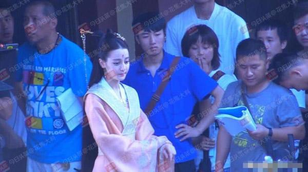 Trên phim trường, Địch Lệ Nhiệt Ba trông rất xinh đẹp.