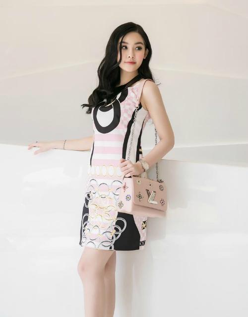 Set đồ với váy Versace gam màu hồng thạch anh chủ đạo mix cùng túi xách Louis Vuitton tiệp màu vừa đơn giản, vừa tôn lên nét đẹp thanh lịch của Hoa hậu Đại dương.