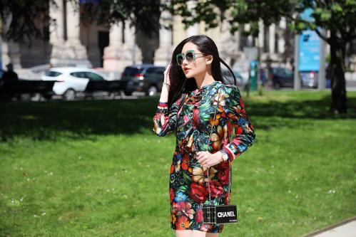 Mẫu túi xách hình hộp của Chanel có giá hơn 70 triệu đồng cũng thường xuyên được Ngân Anh lựa chọn để xuống phố.