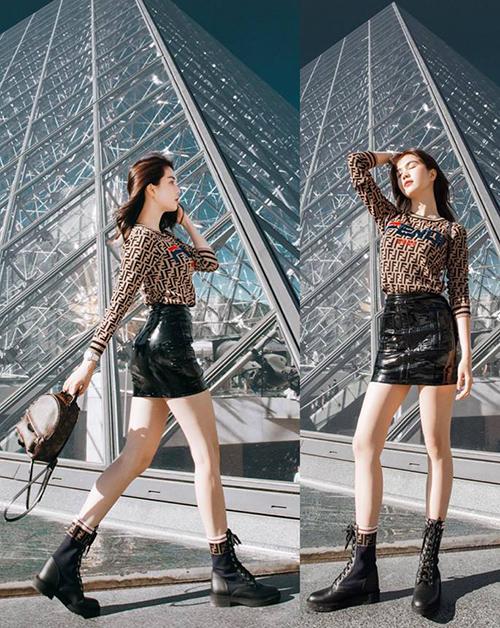 Ngọc Trinh diện hàng hiệu từ đầu đến chân thả dáng trước bảo tàng Louvre, Paris.