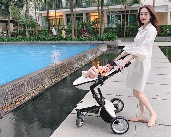 Đặng Thu Thảo khoe ảnh con gái yêu xinh như công chúa khi được mẹ đẩy xe nôi đi dạo.