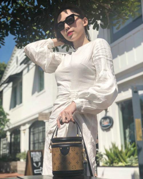 Để tránh nhàm chán mỗi khi xuất hiện, Tóc Tiên ngoài các mẫu váy ôm sát còn thường xuyên lựa chọn đầm dáng dài nhưng tăng vẻ sexy bằng kiểu dáng xẻ sâu hay cắp cúp táo bạo.