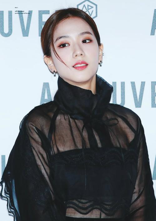 Trước đó trong một sự kiện tối 11/10, Ji Soo cũng khiến fan nín thở với gương mặt đẹp không góc chết.