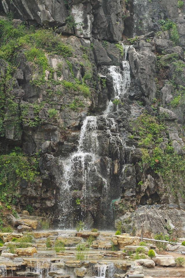 <p> Những thác nước chảy dọc theo vách đá thẳng đứng của vùng núi Ninh Bình - đặc trưng rất riêng của vùng đất cố đô.</p>