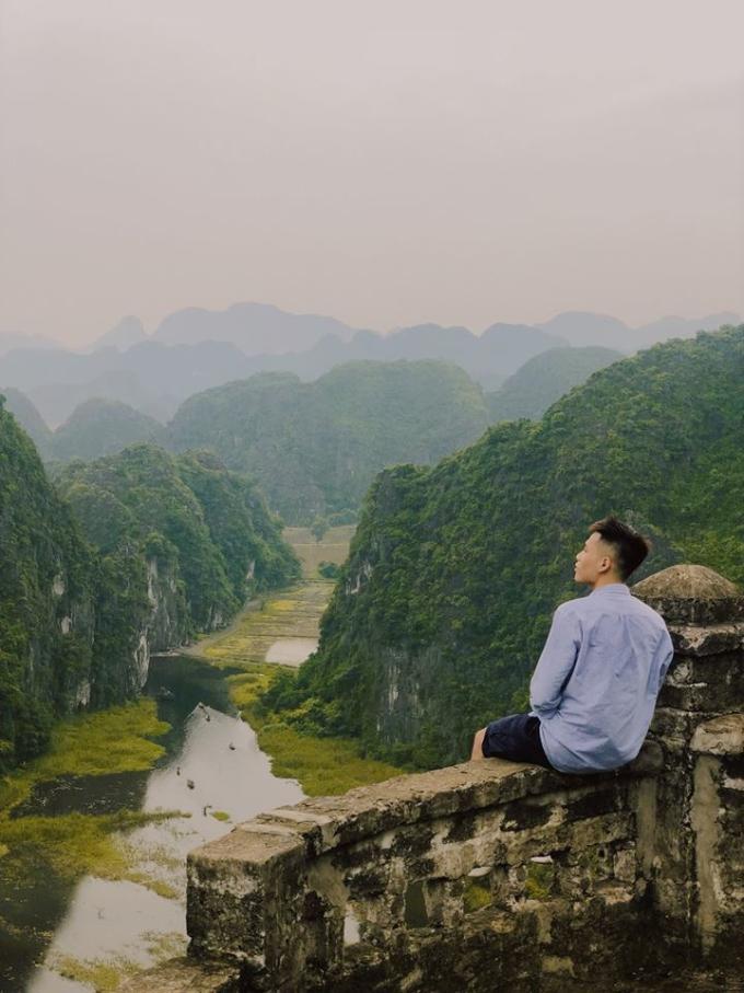 <p> Hang Múa thu hút nhiều bạn trẻ. Từ đỉnh núi Múa, bạn có thể ngắm nhìn những dãy núi đá vôi cổ kính.</p>