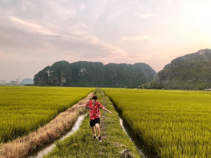 <p> Những cánh đồng lúa là địa điểm pose hình sống ảo ưa thích của các bạn trẻ.</p>