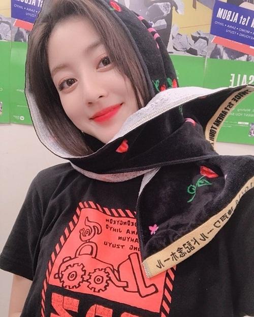 Ji Hyo (Twice) quàng khăn làm tôn lên khuôn mặt tròn đáng yêu.