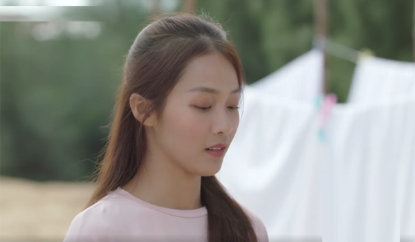 Trong các cảnh quay, cách makeup cho Khả Ngân cũng thay đổi khá đa dạng. Lúc được phủ tông hồng nhạt khắp bầu mắt, má đánh ửng hồng, Khả Ngân trông xinh đẹp, tràn đầy sức sống.