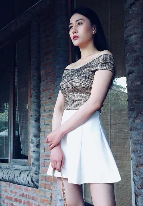 Nhờ bộ phim Quỳnh Búp bê, Phương Oanh đang trở thành thần tượng của nhiều bạn trẻ. Phong cách thời trang nữ tính của cô cũng được nhiều cô gái học hỏi. Nhiều bộ cánh nữ diễn viên diện gần đây đồng loạt thành hot trend. Trong số đó, gây sốt nhất phải kể đến mẫu áo trễ vai ôm sát body này.