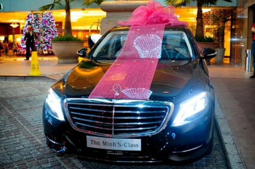 Dịp sinh nhật, Thu Minh được chồng ngoại quốc tặng hẳn siêu xe Mercedes S500 có giá hơn 7 tỷ đồng. Ông xã cũng thường xuyên tặng cô những món quà đắt giá khác như nhẫn kim cương, đồng hồ Rolex...