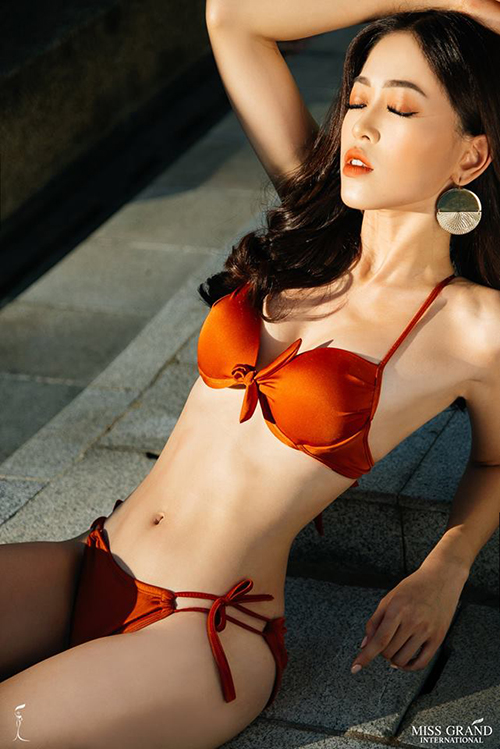 Bùi Phương Nga đứng đầu khu vực châu Á - Thái Bình Dương với bức ảnh chân dung đầy năng lượng. Mới đây, Phương Nga cũng được bình chọn vào top thí sinh có trang phục dân tộc đẹp nhất cuộc thi. Trong bức ảnh mới, người đẹp diện bikini hai mảnh màu đỏ, khoe vóc dáng gợi cảm. Á hậu 1 Hoa hậu Việt Nam 2018 sở hữu chiều cao 1,72m, số đo 84-64-92.