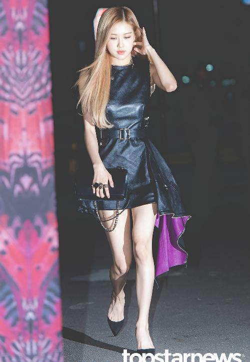 Nhiều ý kiến cho rằng nữ ca sĩ rất xinh đẹp nhưng vẫn mất điểm vì chân gân guốc.