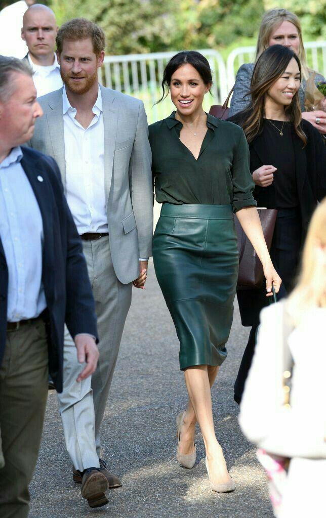 <p> Ngày 3/10, cặp vợ chồng hoàng gia có chuyến thăm chính thức hạt Sussex lần đầu tiên kể từ sau khi kết hôn. Meghan thanh lịch trong set đồ gồm áo sơ mi và váy da màu xanh lá cây đậm đến từ thương hiệu Hugo Boss kết hợp phụ kiện túi xách của Gabriela Hearst.</p>