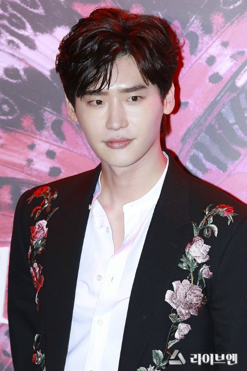 Lee Jong Suk bảnh bao ở sự kiện.