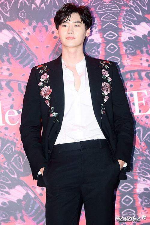 Nam diễn viên có phong cách trung tính, hợp với chiếc áo vest thêu hoa.