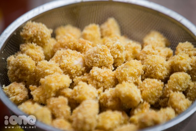 <p> Cảm nhận khi ăn là lớp bột bên ngoài rất giòn, gà ăn rất mềm.</p>