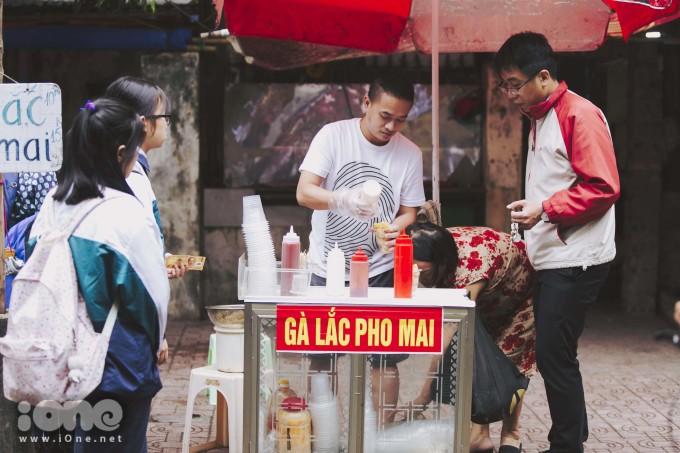 <p> Nằm trong con ngõ 12 Núi Trúc, Hà Nội, từ lâu gà lắc phô mai là món ăn vặt vỉa hè quen thuộc của nhiều học sinh nơi đây.</p>