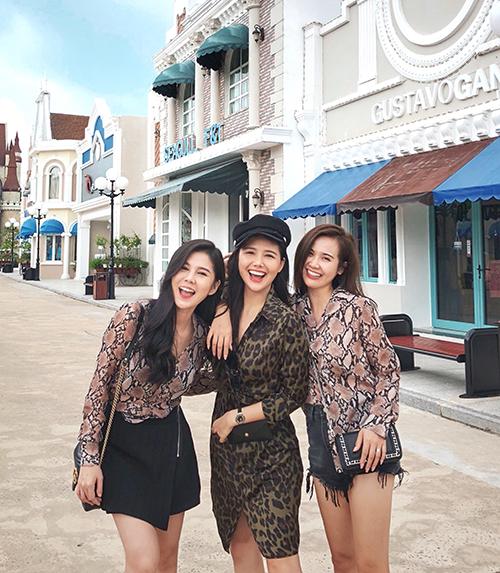Trong chuyến đi, ba cô nàng sành điệu lên dress code rất chi tiết cho mỗi bức hình chụp chung. Khi thì bikini so độ nuột nà, khi là váy áo da động vật sành điệu, lúc lại đồ màu sắc nữ tính...