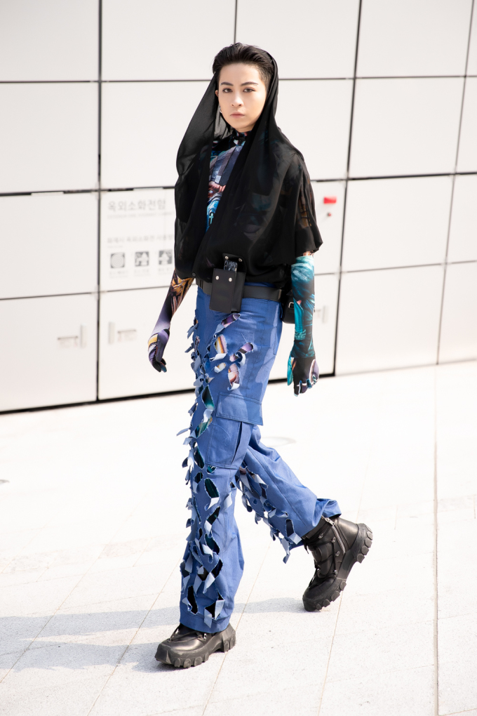 <p> Sự xuất hiện của Gil Lê tại sự kiện cũng gây sự chú ý không nhỏ. Cô sử dụng tông màu trầm gồm xanh và đen để xuất hiện. Đôi giày Rick Owens' SS18 Lace-up Hiking Boot có giá hơn $1.000 là món đồ tạo nên chất thời thượng cho Gil Lê.</p>