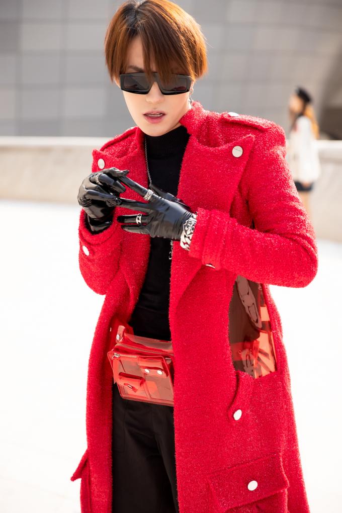 <p> Không hề kém cạnh, stylist Kye Nguyễn lựa chọn trang phục đen cùng với áo khoác ngoài dáng dài gam đỏ của NTK Nguyễn Tiến Truyển.</p>