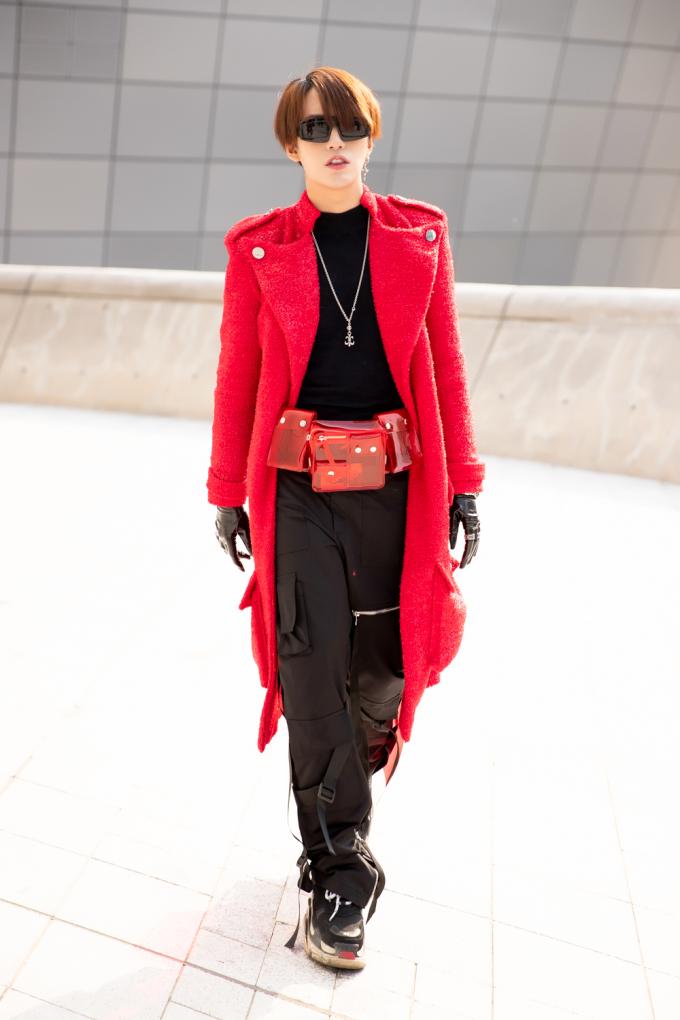 <p> Kye Nguyễn còn khéo léo phối cùng giày của thương hiệu Balenciaga.</p>