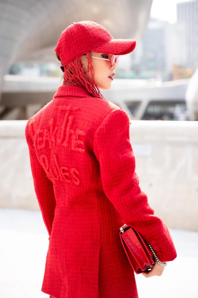 <p> Cô mix phụ kiện clutch của nhà mốt Yves Saint Laurent và mắt kính trendy.</p>
