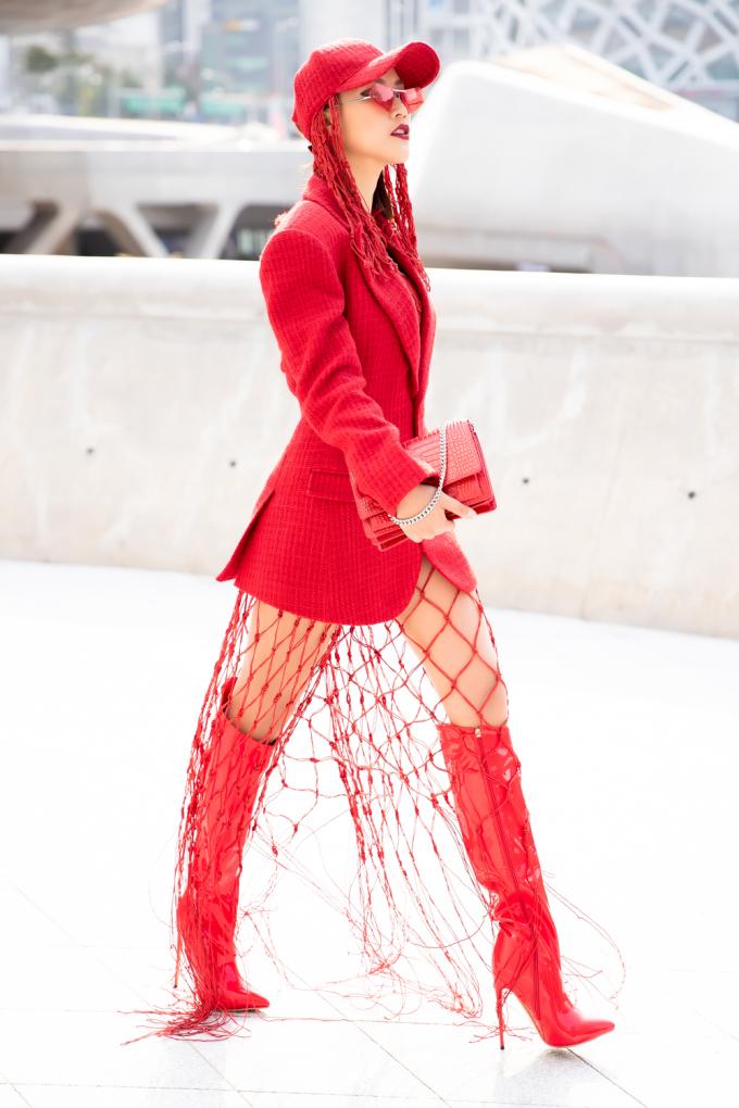 <p> Seoul Fashion Week Spring Summer 2019 đang diễn ra tại thủ đô của Hàn Quốc, thu hút nhiều tín đồ thời trang khắp châu Á đổ về. Xuất hiện nổi bật tại thảm đỏ ngày hôm nay, diễn viên - MC Hoàng Oanh làm sáng bừng một góc khi diện thiết kế mới nhất của NTK Lý Giám Tiền.</p>