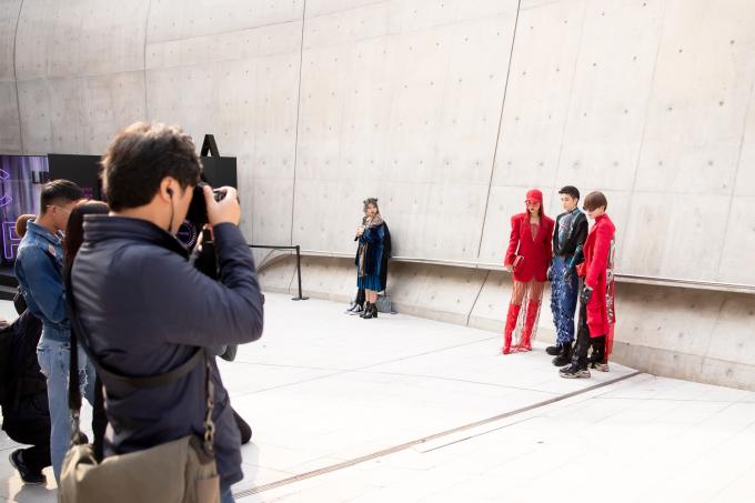 <p> Sự kiện thời trang này năm nay thu hút hơn hàng trăm thương hiệu từ châu Á, Âu và Mỹ. Hoàng Oanh, Gil Lê và Kye Nguyễn sẽ tiếp tục tham dự Seoul Fashion Week những ngày tới.</p>