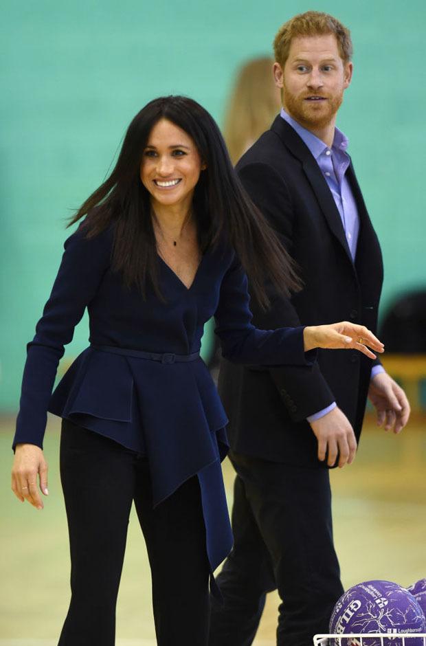 <p> Ngày 24/9, trong một sự kiện thể thao diễn ra tại Đại học Loughborough, vợ chồng Hoàng tử Harry gây chú ý với những khoảnh khắc vui vẻ, ngọt ngào. Meghan chọn chiếc áopeplum thắt eo để che phần bụng bầu đang lớn dần và mặc quần âu để tạo sự thoải mái tối đa.</p>