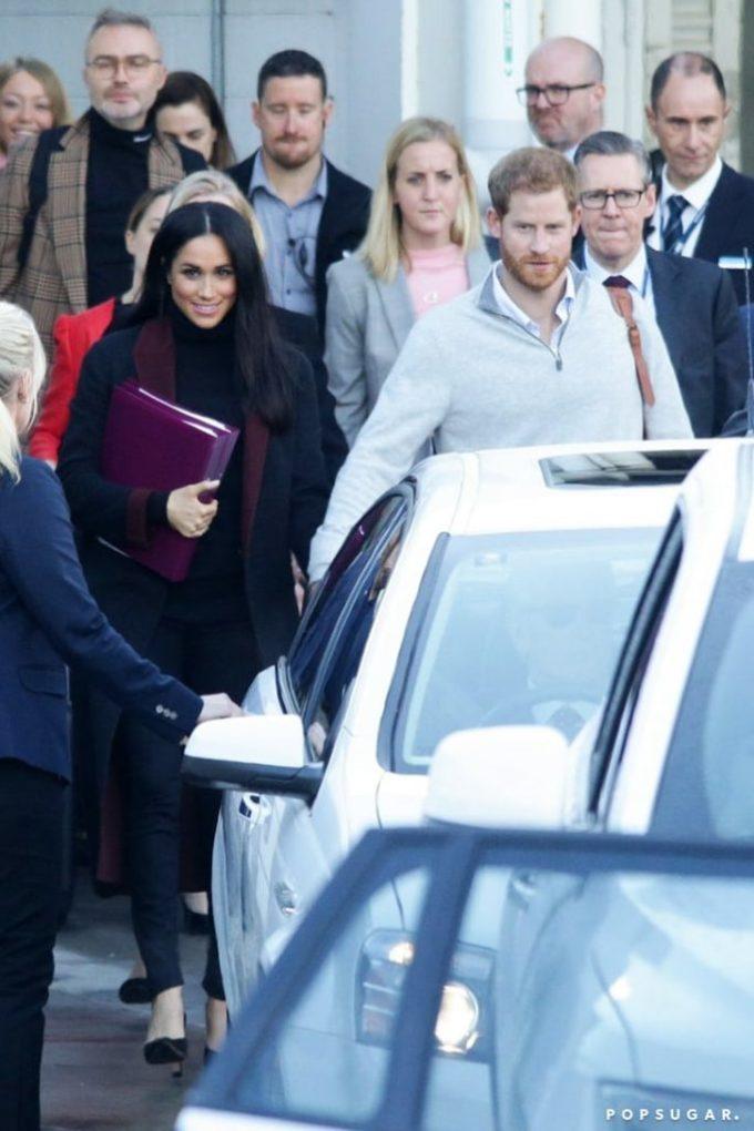 <p> Ngày 15/10, vợ chồng Harry - Meghan hạ cánh tại sân bay Sydney,bắt đầu chuyến công du 4 nước châu Đại Dương. Nữ công tước xứ Sussex tiếp tục lựa chọn trang phục tối màu. Cô còn dùng tập tài liệu màu tím mang theo bên mình để khéo léo che chắn vòng hai. Ít giờ sau đó, Hoàng gia Anh cũng lên tiếng xác nhận Meghan sẽ chào đón đứa con đầu lòng vào mùa xuân 2019.</p>