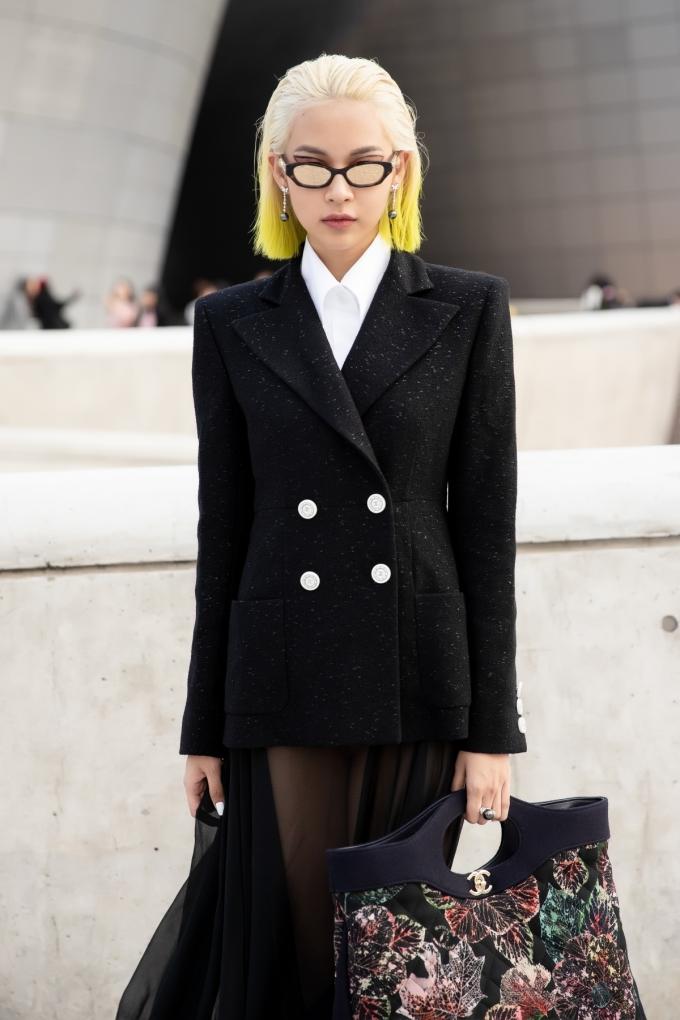 <p> Trong ngày đầu tiên, Phí Phương Anh thay đổi phong cách đa dạng. Người đẹp còn diện vest cùng váy xuyên thấu khá kén dáng.</p>