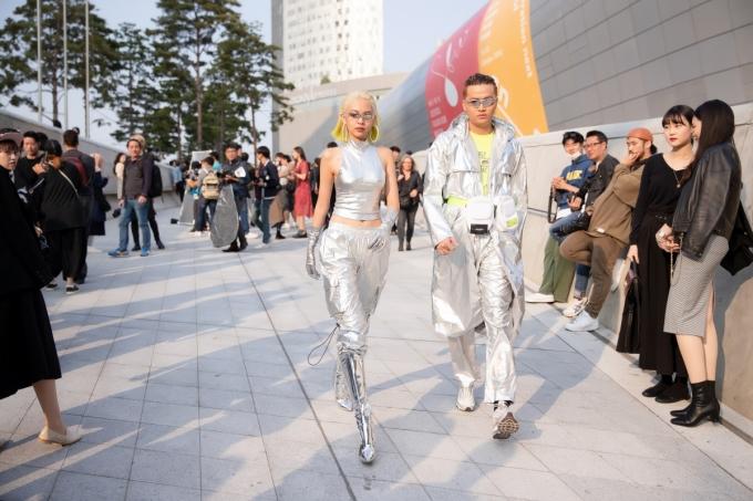 <p> Bộ cánh ánh bạc với phụ kiện metallic từ đầu đến chân giúp Phí Phương Anh thành tâm điểm chú ý. Cô nàng bước đến đâu hút mắt nhìn đến đó.</p>