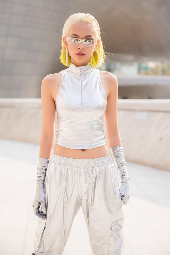 <p> Là một trong những đại diện Việt Nam dự Seoul Fashion Week năm nay, Phí Phương Anh gây chú ý ngay khi xuất hiện với mái tóc bạch kim pha ombre vàng chanh độc đáo.</p>