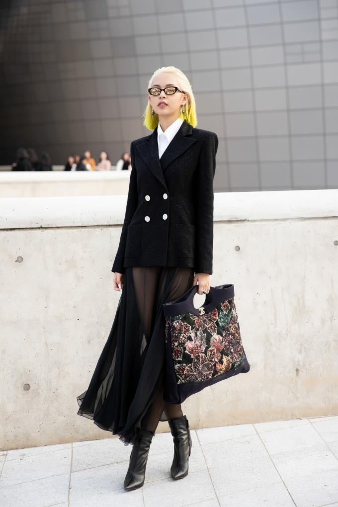 """<p> Mùa Seoul Fashion Week Xuân Hè 2018, Phí Phương Anh cũng từng tham dự và gây được nhiều ấn tượng. Hình ảnh cô nàng với thiết kế """"Em Hoa"""" của NTK Công Trí còn được xuất hiện trên Vogue.</p>"""