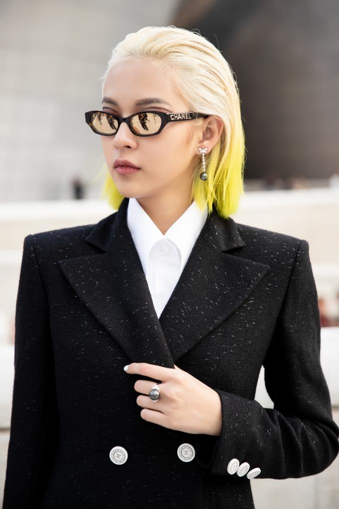 <p> Nữ người mẫu rất tinh tế trong việc kết hợp các phụ kiện đắt đỏ để tăng độ sang trọng cho bộ trang phục Chanel.</p>