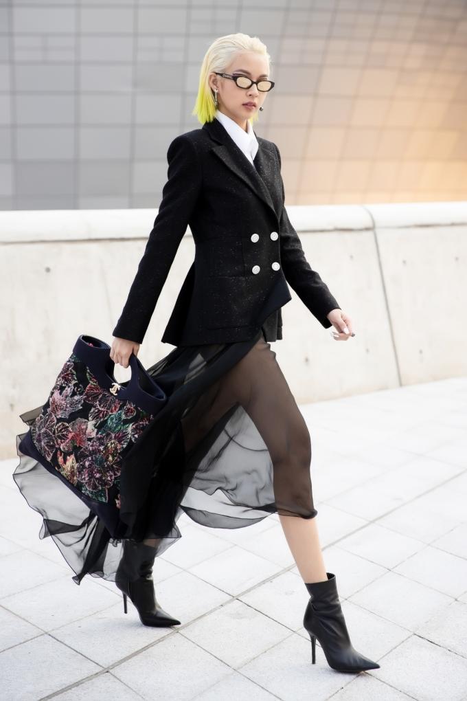<p> Mức giá gần 1 tỷ đồng của trang phục này cho thấy mức độ chịu chi của Phương Anh khi xuất hiện ở Seoul Fashion Week 2018.</p>