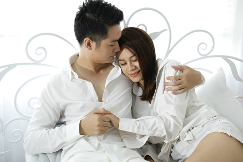 Thanh Cường diễn cảnh tình tứ trên giường cùng Huyền Anh.
