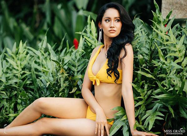 Đại diện Campuchia - Lika Dy tạo dáng còn khá an toàn. Cô vừa nhận kết quả đứng đầu top thí sinh có trang phục dân tộc được yêu thích nhất cuộc thi.