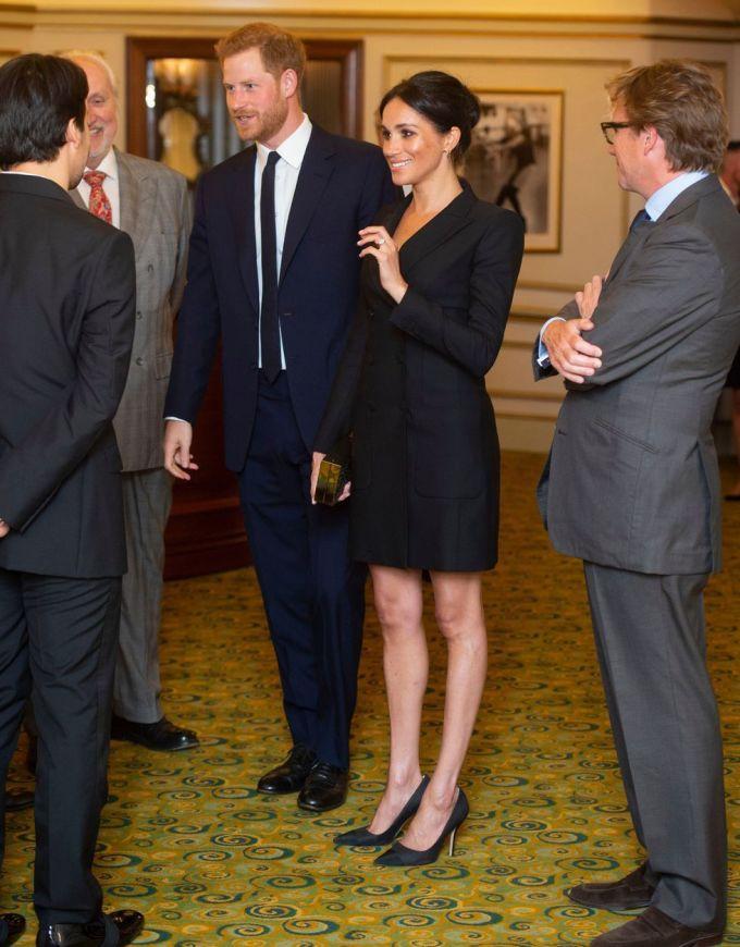 <p> Ngày 29/8, sau một thời gian dài vắng bóng để tận hưởng kỳ nghỉ hè, Meghan và Hoàng tử Harry tái xuất trong một sự kiện ở Nhà hát Victoria Palace, Lodon. Cô lựa chọn bộ váy tuxedo màu đen của Judith & Charles, kết hợp cùng giày cao gót và clutch đồng điệu. Đây là thời điểm đầu tiên Meghan bắt đầu thay đổi cách ăn mặc, chuyển từ những trang phục tươi tắn sang những item tối màu.</p>