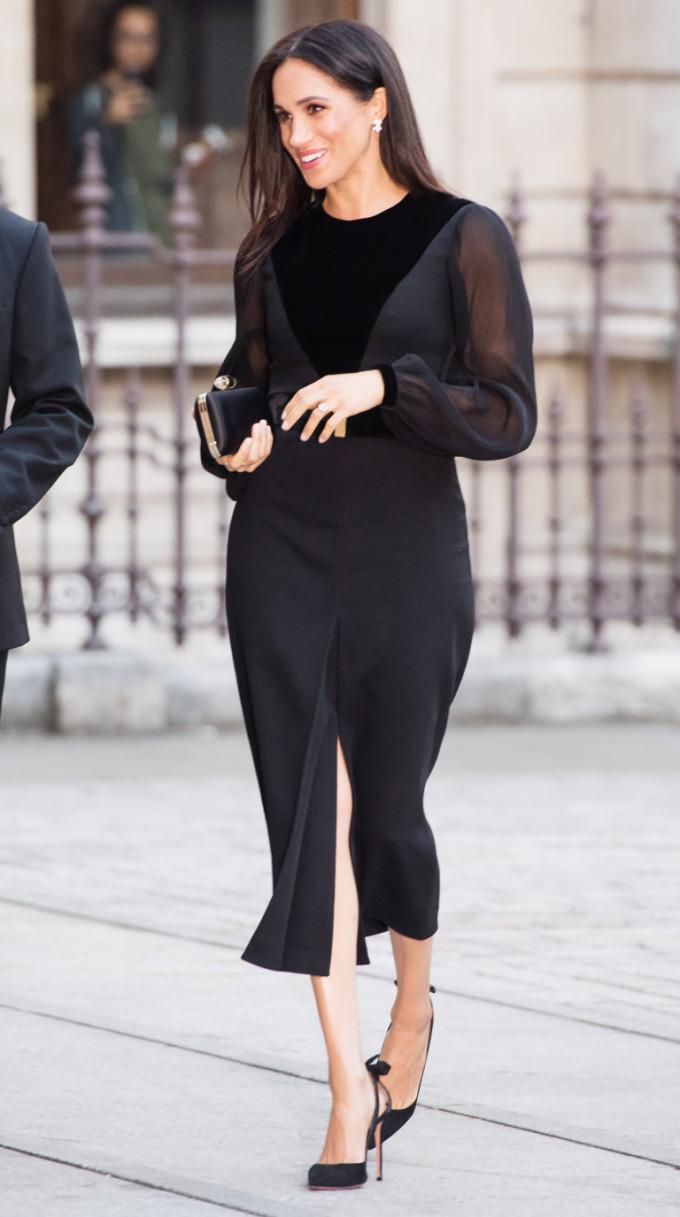 <p> Ngày 25/9, Công nương Meghan tham dự buổi triển lãm tại Học viện Nghệ thuật Hoàng gia ở London, Anh. Đây là lần đầu tiên cô đi dự sự kiện một mình trong vai trò là Nữ công tước xứ Sussex. Meghan ghi điểm với chiếc đầm đen quyến rũ của Givenchy.Mặc dù vậy, nhiều người vẫn tinh ý nhận ra chiếc váy đen bó sát này đã để lộ ra vòng 2 to bất thường của nàng dâu hoàng gia.</p>